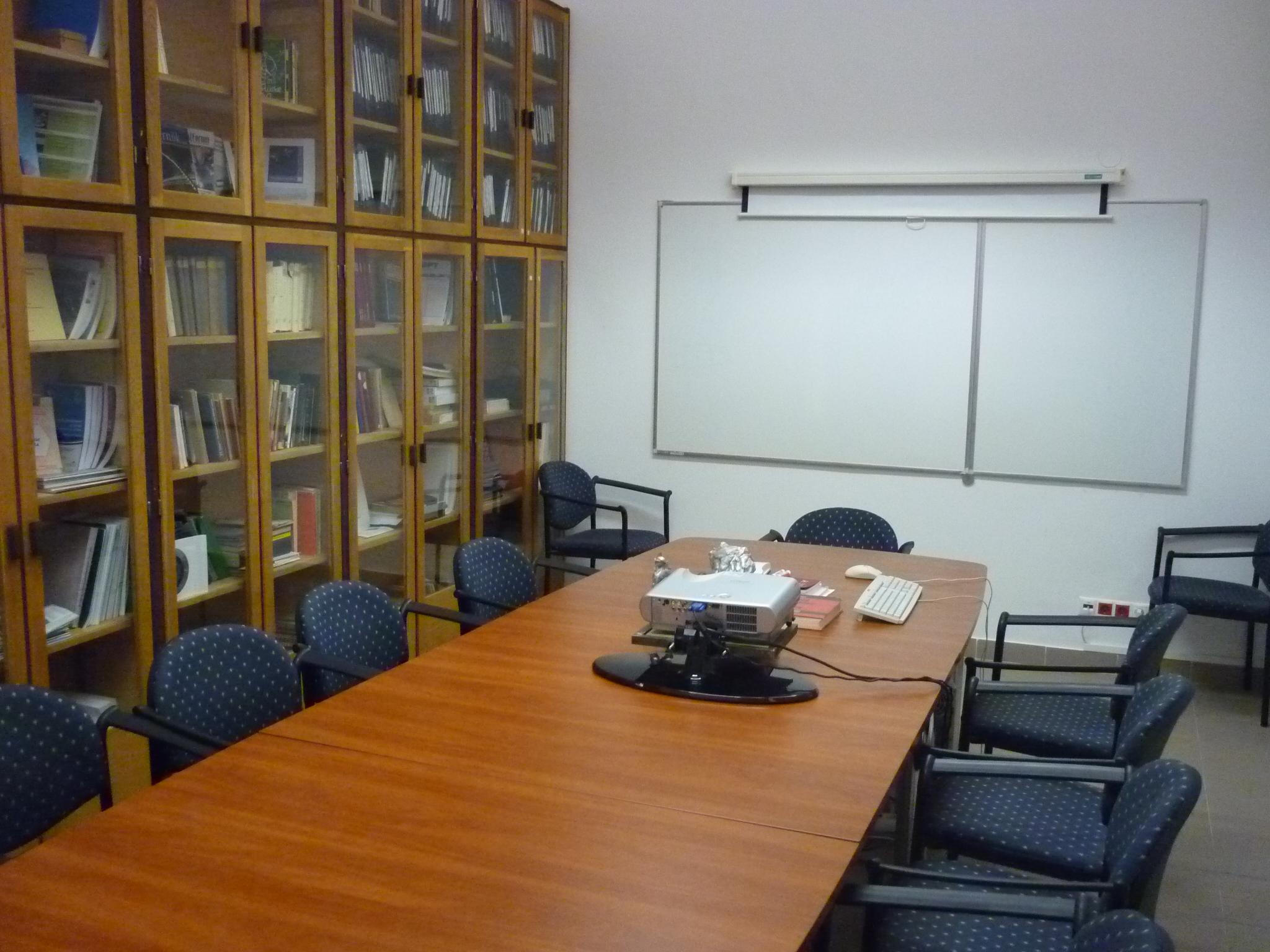 Intézeti tárgyaló, szakkönyvtár (2)