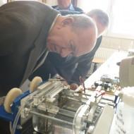 Dr Bartha László az elektrolízis tanulmányozása közben